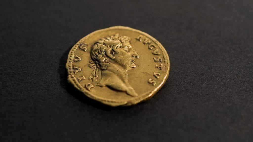 Die 107 nach Christus in Rom geprägte Münze zeigt den knapp hundert Jahre zuvor verstorbenen Kaiser Augustus.