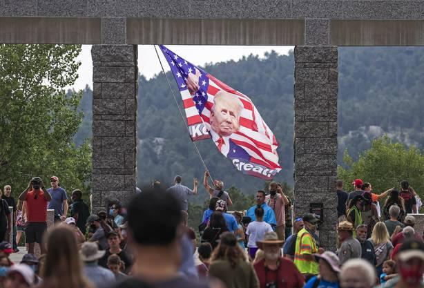 Trump-Unterstützer wie hier am Mount Rushmore: Auch wegen immer mehr Versammlungen schiessen in den USA die Coronazahlen in die Höhe.