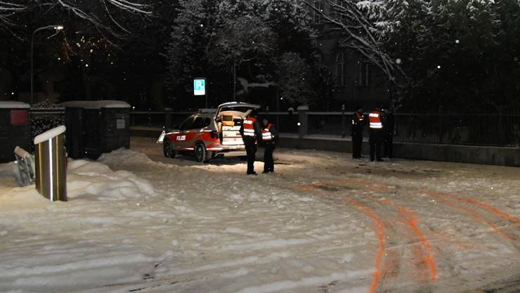 Abklärungen auf der Unfallstelle: Ein Polizeiauto der Stadtpolizei Chur hat einen Fussgänger angefahren.