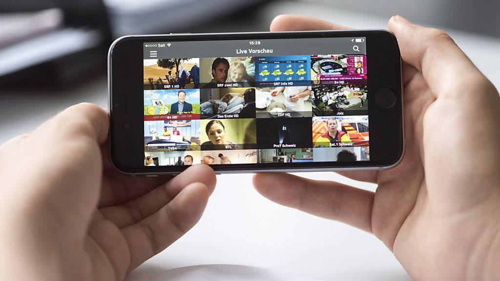 Damit Kinder und Jugendliche auf dem Smartphone nichts zu sehen bekommen, was für sie nicht geeignet ist, hat die Schweizer Telekombranche eine Initiative für den Jugendmedienschutz lanciert. (Symbolbild)