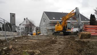 An der Dorfstrasse 17 in Urdorf wird der Bachtobelgraben auf einer Länge von 50 Metern ausgedolt.