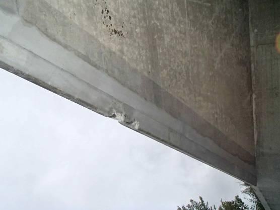 Ein unbekanntes Fahrzeug prallte gegen die Decke einer Autobahnunterführung und beschädigte diese. Der Lenker machte sich aus dem Staub und wird gesucht.