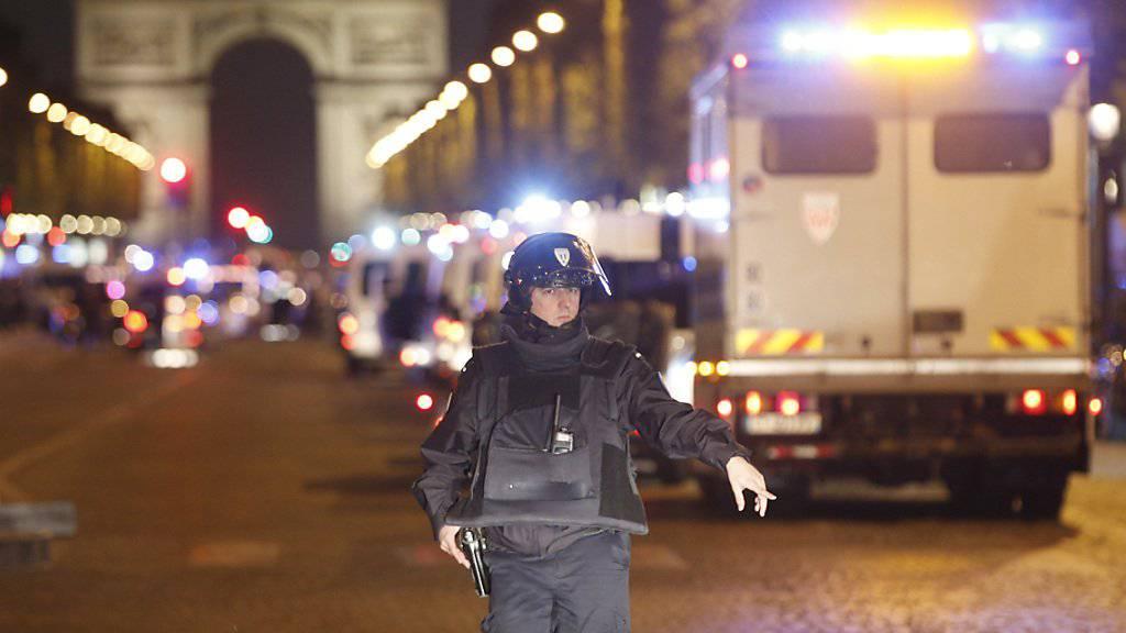 Polizei und Sicherheitskräfte sperren die Champs-Elysées im Zentrum von Paris ab.