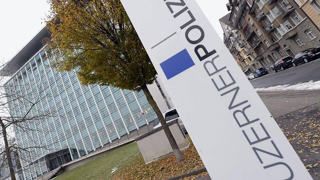 Die Luzerner Polizei hat im Dezember 2015 in einem Haus in der Stadt Luzern zwei tote Neugeborene entdeckt. Die Staatsanwaltschaft hat nun ein Verfahren gegen die Mutter wegen Kindstötung eingeleitet.