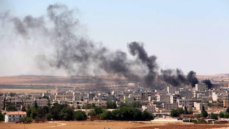 Über Kobane steigt wieder Rauch auf – die Terrormilizen des IS haben die Kurdenstadt gestern im Morgengrauen angegriffen