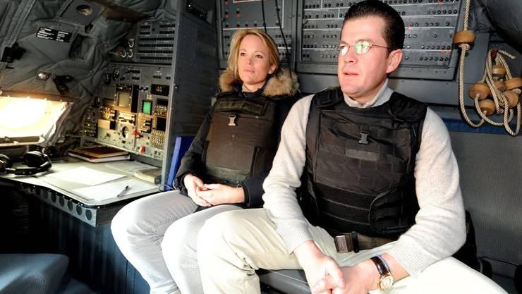 Das Ehepaar besucht deutsche Soldaten