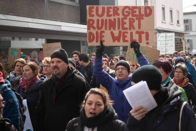 Einige hundert Personen demonstrierten in Aarau für mehr Umweltschutz und Solidarität.