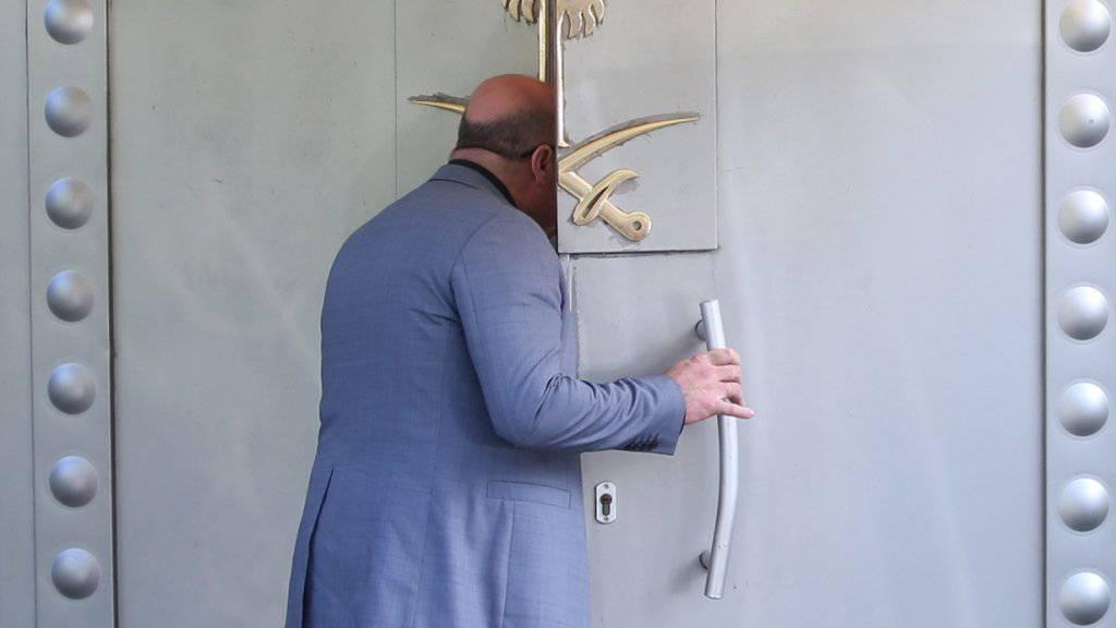 Ein saudiarabischer Offizieller öffnet die Türe des saudischen Konsulats in Istanbul. Dort wurde der regierungskritische Journalist Jamal Khashoggi Anfang Oktober ermordet. (Archivbild)