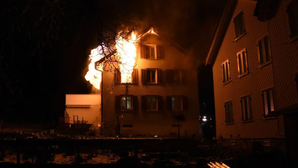 Brand zerstört Einfamilienhaus in der Nacht