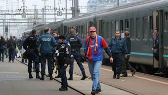 Für das Spiel in Genk muss er sich eine andere Transportmöglichkeit suchen: Ein FCB-Anhänger steigt in Zürich aus dem Extrazug aus.