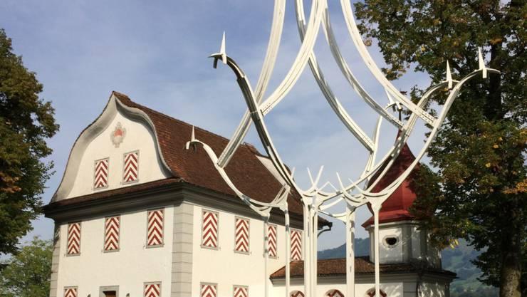 Eine Eisenplastik von Schang Hutter auf dem Landenberg oberhalb von Sarnen OW. Sie ist Teil einer Premiere - einer gemeinsamen Ausstellung mit seiner Tochter Lisa Hutter Schwahn. (Pressefoto)