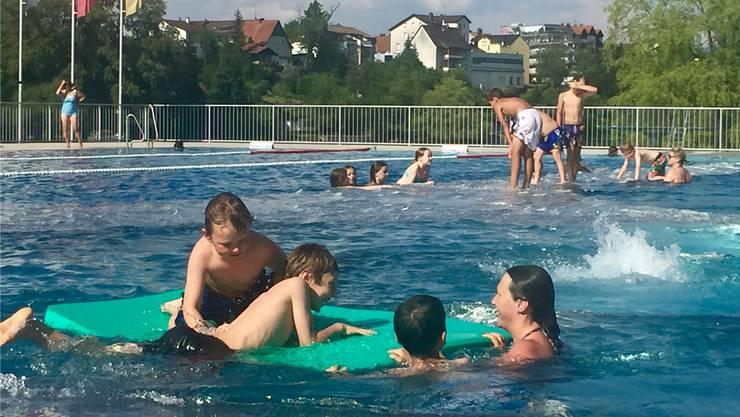 Besonders die Freibäder – hier das Kuba Strandbad in Rheinfelden – profitierten von den vielen Sommertagen der letzten Monate.