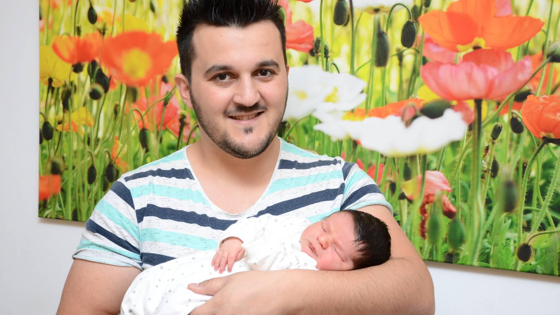 Das Neujahrsbaby Elmir Imeri mit seinem Vater.