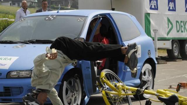 Crashtest zwischen E-Bike und stehendem Auto (Symbolbild)