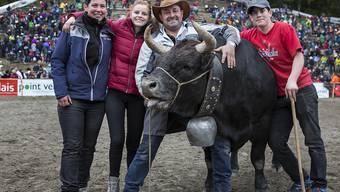 Tzigane mit ihren stolzen Besitzern, der Familie Wyssen. In Aproz VS massen sich rund 100 Ehringerkühe. Tzigane ging als Siegerin aus dem Wettbewerb hervor.