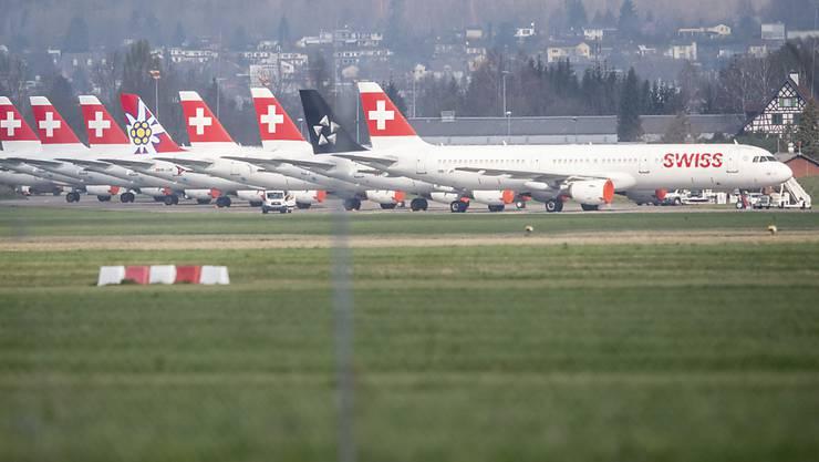Der Grossteil der Swiss-Flotte steht derzeit wegen der Corona-Pandemie nicht im Einsatz. Nun prüft der Bund Staatshilfen für die Luftfahrtindustrie. (Archivbild)