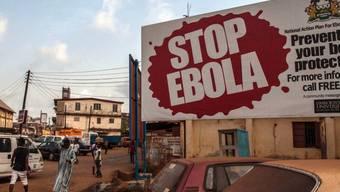 Ein Schild wirbt in Sierra Leones Hauptstadt Freetown für Ebola-Prävention. Im Land ist ein neuer Ebola-Fall bekanntgeworden, nur einen Tag nachdem die WHO Westafrika für Ebola-frei erklärt hat.