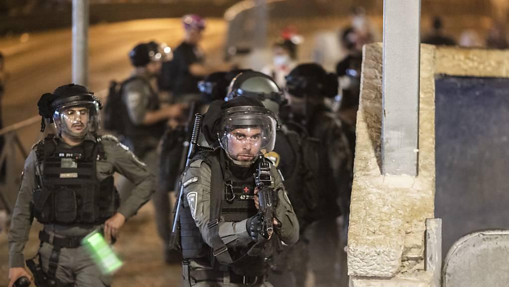 Israelische Sicherheitskräfte während Zusammenstössen mit Demonstranten in Jerusalems Altstadt.