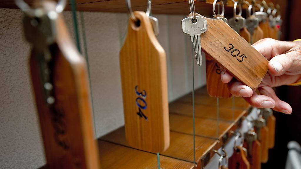 In Schweizer Hotels lief das Geschäft im April deutlich besser als in dem von Corona stark belasteten Vorjahr. Verglichen mit 2019 fehlen allerdings noch immer die Gäste aus dem Ausland.(Archivbild)