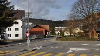 Die Haifischzähne müssen weg: Neu gilt der Vortritt für jene, die von der Weihermattstrasse (Vordergrund) in die Bahnhofstrasse fahren.