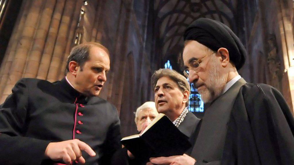 Was für ein Theater, finden die einen, richterlicher Befehl, sagen die anderen: So oder so darf der ehemalige iranische Reformpräsident Mohammed Chatami (rechts) fortan nicht mehr ins Theater gehen. (Archivbild)