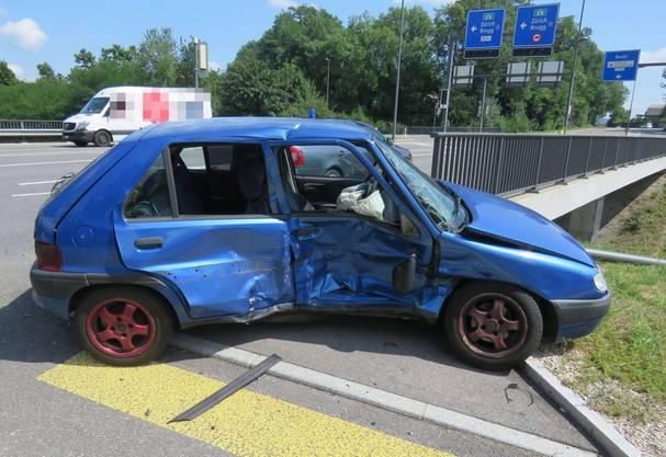 Bei der Kollision wurden beide Fahrer leicht verletzt.
