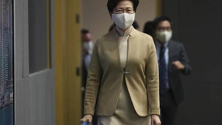 Carrie Lam, Regierungschefin der chinesischen Sonderverwaltungszone Hongkong, trifft zu einer Pressekonferenz ein. Hongkong hat vier Politiker der demokratischen Opposition aus dem Parlament der Sonderverwaltungsregion ausgeschlossen. Foto: Vincent Yu/AP/dpa