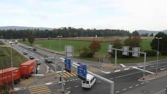 Die Kreuzung Neuhof bei der Berufsschule:  Auf dieser Spur (oben rechtsl) fahren die Autos aus dem Bünztal heute auf die Autobahn. (Bild: SOM)