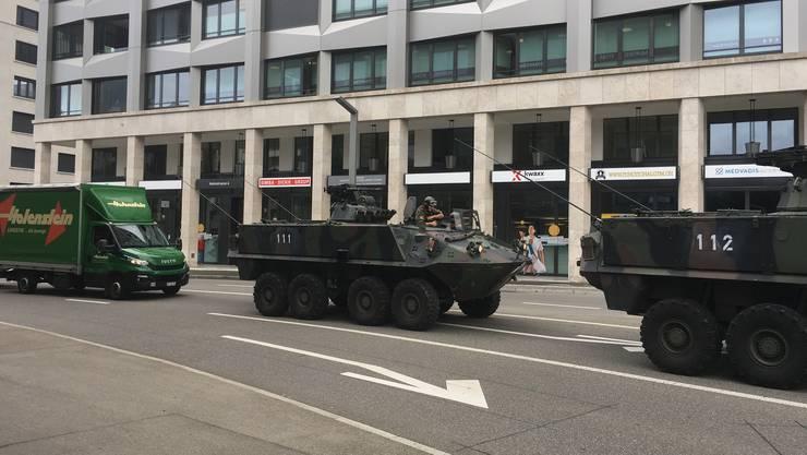Ausnahmezustand in Dietikon: Mehrere Militärfahrzeuge düsen die Heimstrasse entlang.