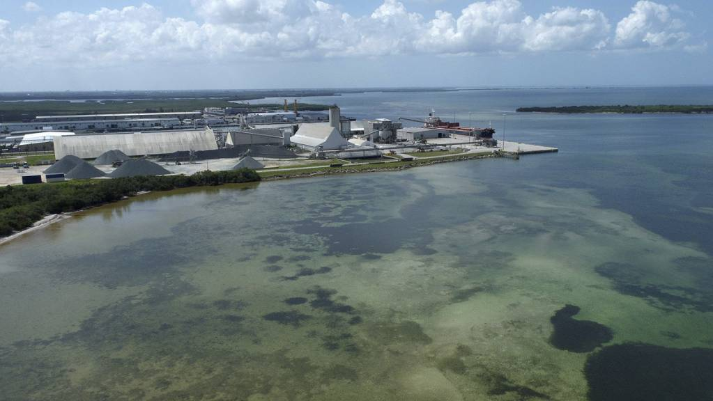 Dieses von einer Drohne aufgenommene Foto zeigt die alte Piney Point Phosphatmine. Südlich von Tampa droht das Abwasserbecken einer früheren Düngemittelfabrik zu bersten. Foto: Tiffany Tompkins/The Bradenton Herald/AP/dpa