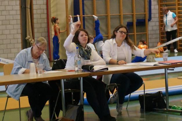 Die Punktrichterinnen müssen nach dem Handzeichen - das den Beginn anzeigt - viel Konzentration aufbringen