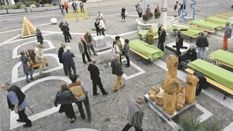 Die Gäste betrachten auf dem Kornhausplatz noch einmal die Skulpturen von Art-Palett 2015.