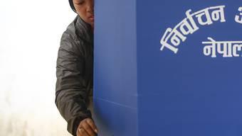 Nepalesin bei der Stimmabgabe in Kathmandu
