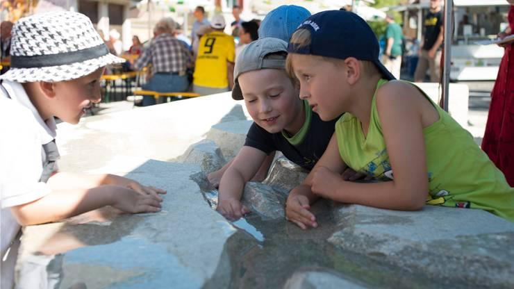 Das heisse Wetter lockte die Kinder an den neuen Brunnen.