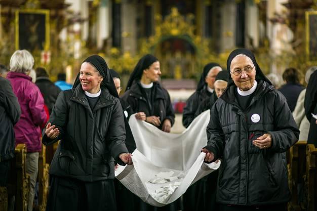 Die Benediktinerinnen sammeln die Zettelchen ein, welche die rund 1000 Anwesenden mit Bitten beschrifteten. Diese Wünsche trägt die Pilgergruppe nun nach Rom.