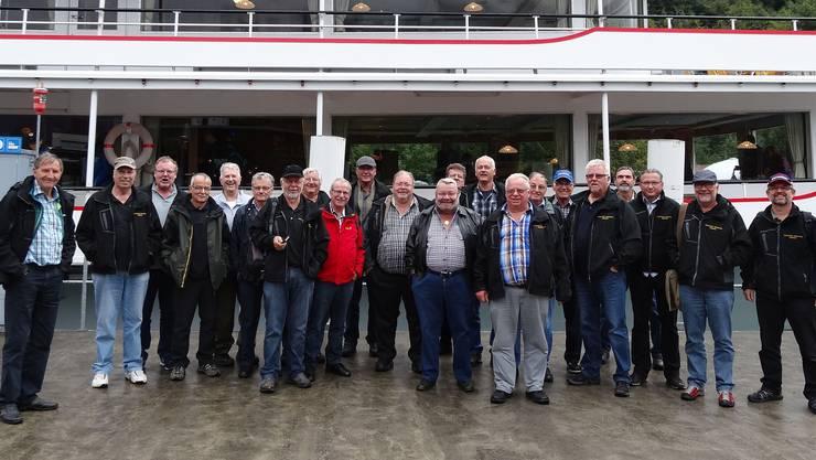 Die fröhliche Gruppe vor dem Schiff in Interlaken