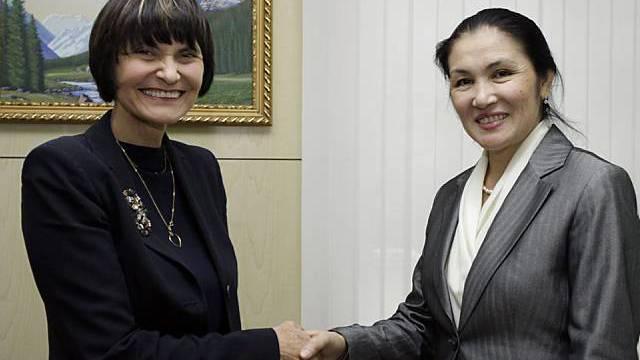 Calmy-Rey schüttelt Hand von Vize-Aussenministerin Kalambekowa