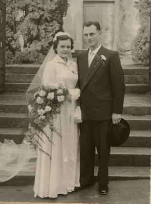 Hans und Hannelore Häfeli-Holliger vor der Kirche in Seengen