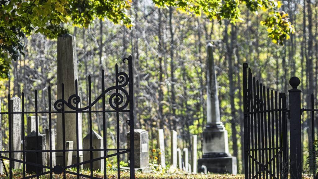 Das Tor zum Friedhof war zu, als die Frau den Friedhof verlassen wollte. (Symbolbild)