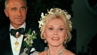 Ihr achter Ehemann, Frederic Prinz von Anhalt (l.), ist ausgezogen - jetzt steht das Anwesen der verstorbenen Hollywood-Diva Zsa Zsa Gabor Verkauf. (Archivbild)