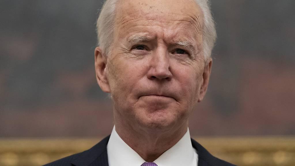 Joe Biden, Präsident der USA, spricht im State Dinning Room des Weißen Hauses. Foto: Alex Brandon/AP/dpa