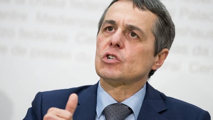 Daumen hoch für das Rahmenabkommen mit der EU? Laut Bundesrat und Aussenminister Ignazio Cassis ist eine Lösung bis im Sommer realistisch.