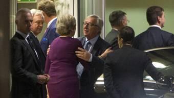 Die Brexit-Gespräche stocken. Nun versuchten es Juncker (M.) und May mit direkten Gesprächen in Brüssel - und kündigten beschleunigte Verhandlungen an.