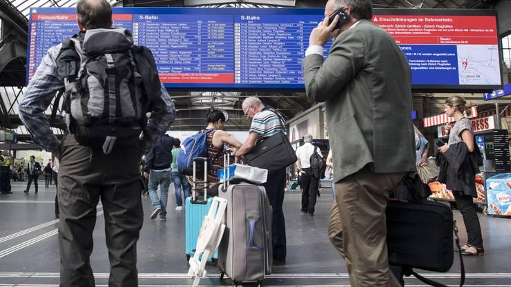 Auch am Hauptbahnhof Zürich müssen sich Pendler umorganisieren oder Verspätungen in Kauf nehmen.