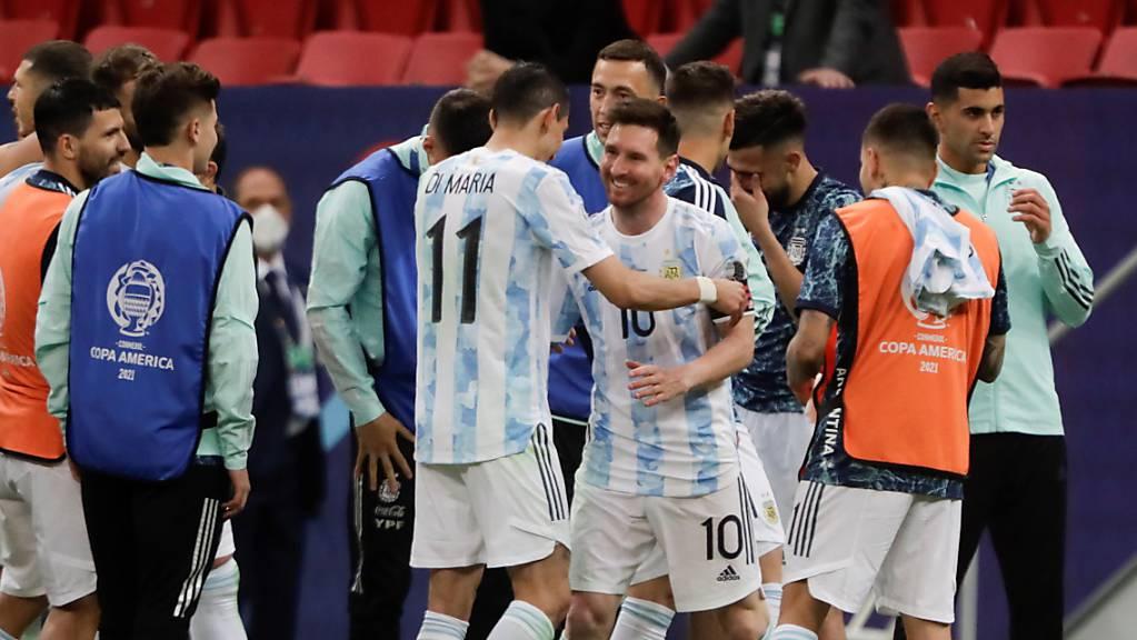 Lionel Messi feiert mit seinen Teamkollegen den Finaleinzug.