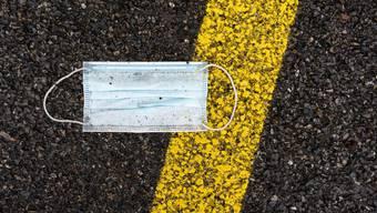 Eine Corona-Schutzmaske diente einem Mann bei einem Überfall auf eine Tankstelle als Tarnung. (Symbolbild)