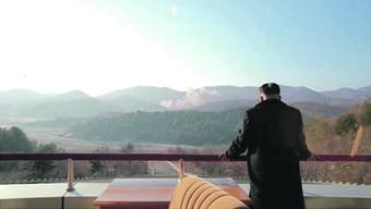 Das Bild soll Nordkoreas Führer Kim Jong Un zeigen, wie er den Start einer Langstreckenrakete verfolgt. Das schrieb wenigstens seine Propagandaabteilung.