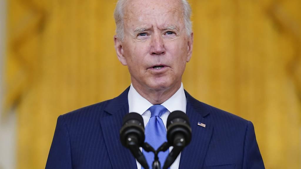 US-Präsident Joe Biden hält eine Rede im East Room des Weißen Hauses. Voraussichtlich können Biden und seine Demokraten Menschen, die bislang ohne Aufenthaltserlaubnis in den USA leben, nicht über ein gewaltiges Haushaltsvorhaben den Weg zur Staatsbürgerschaft ebnen. Foto: Evan Vucci/AP/dpa