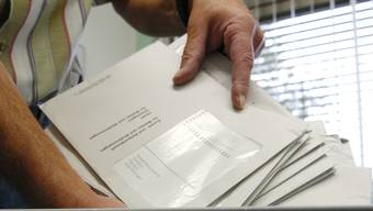 Peinliche Panne: In gewissen Wahlcouverts fehlen Flyer einzelner Parteien.