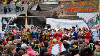 Gewänder aus 50 Jahren Vereinsgeschichte präsentierten die Heid Heid Guugger auf dem Villmerger Dorfplatz